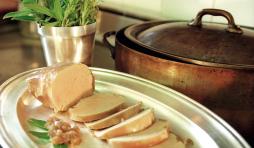 Foie gras mi-cuit au four en terrine de terre cuite