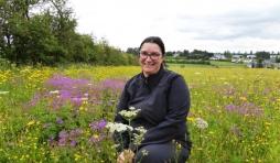 Christine Schleck heureuse de recevoir un prix pour sa prairie ( Photo L'Avenir )