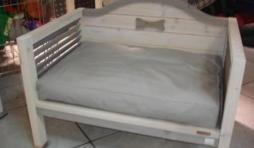 lit en bois avec coussin confortable 159 euros